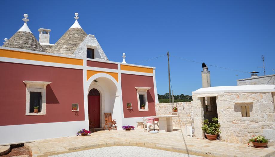 La casa di Nonno Giovanni (4-5 posti letto): Il trullo è caratterizzato dal suo prospetto di colore rosso giallo e bianco